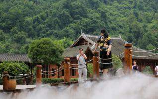 Zhangjiajie Huanglong's spray welcomes summer