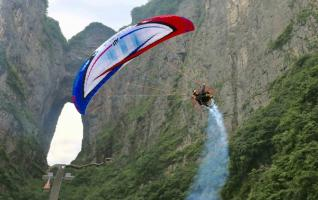 Motorized paragliders to compete at Tianmen Mountain
