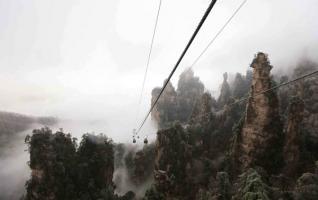 Clouds, rime create winter wonderland in Zhangjiajie